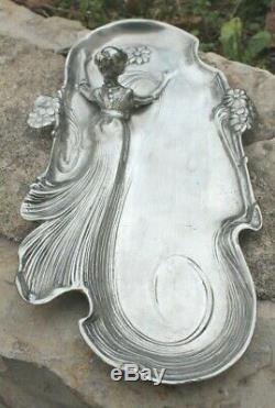Ancien plat Art Nouveau en étain femme lady