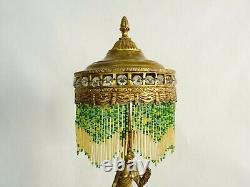 Ancienne lampe orientaliste en laiton à deux feux, femme drapée. Perles en verre