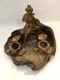 Art Nouveau. Bel encrier en régule à décor de femme et de nénuphars. No bronze