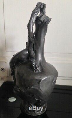 Beau Pichet Art nouveau en Etain représentant une femme signé Barye accidenté