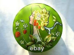 Bonbonnière, boite en verre vert Art Nouveau, émaillée d'une Femme et de Fraises