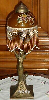 Lampe pied en bronze à décor de Femme enfants style Art Nouveau abat jours perle