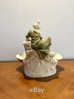 Royal Dux. Coupe en porcelaine polychrome et dorée Femme à la cruche Art Nouveau