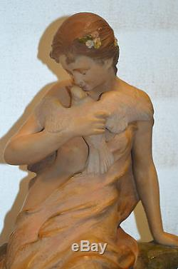 Statue Femme Avec Une Colombe En Terre Cuite Signe Foretay N°971